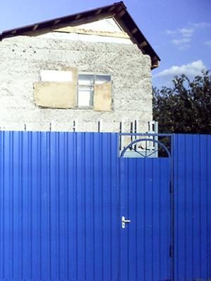 Установка металлического забора. Ворота.